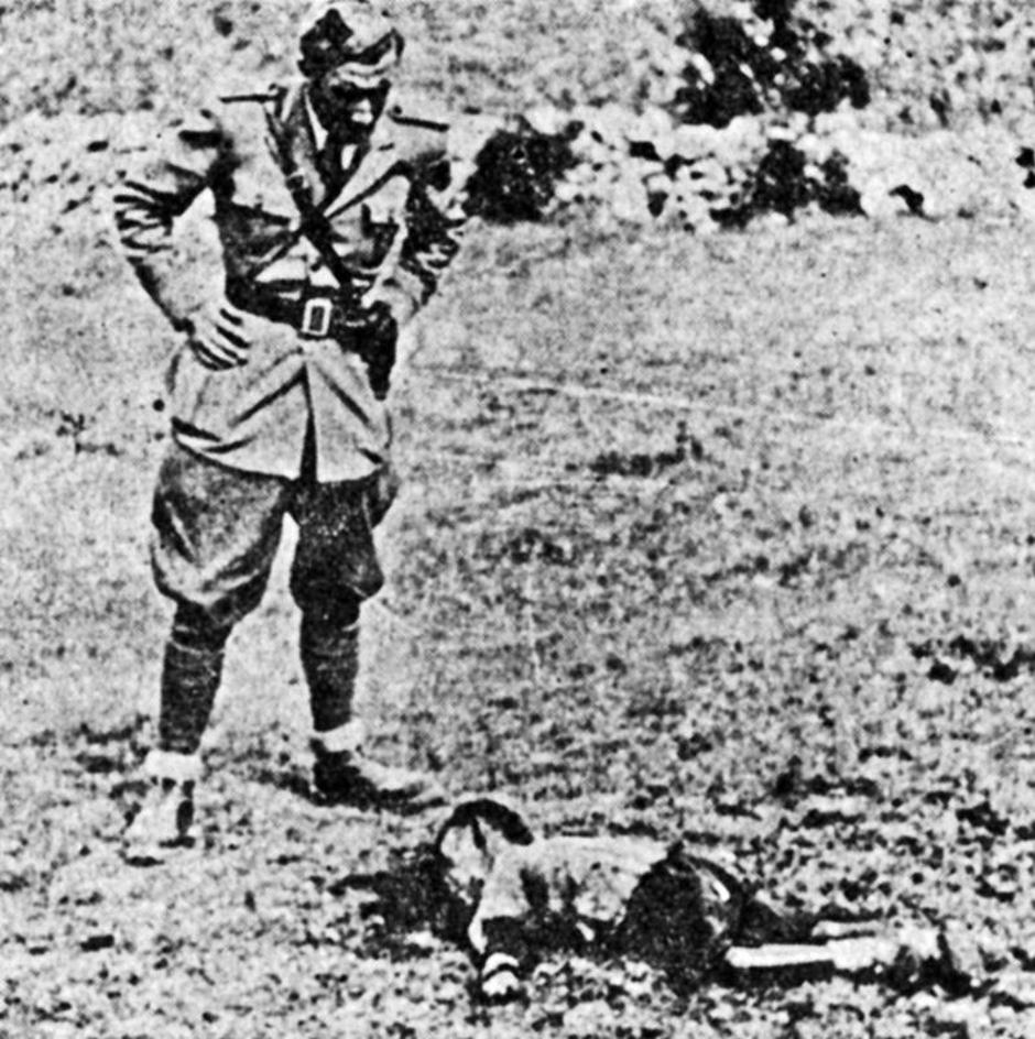 Split 1943., talijanski oficir nad ubijenim djetetom | Author: ratnakronikasplita.com