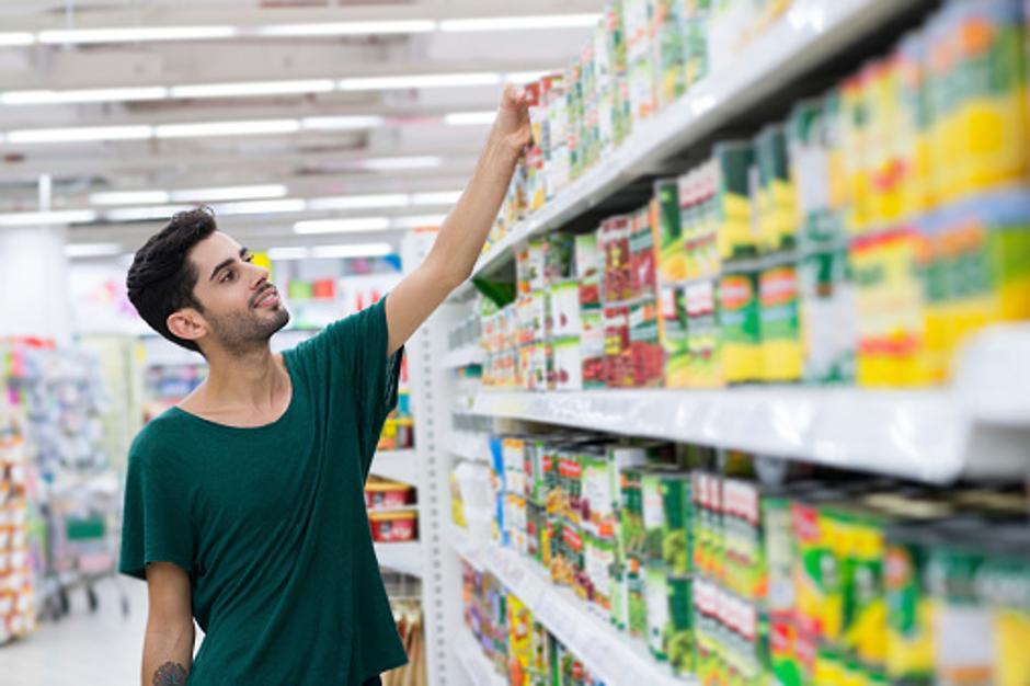Mladić kupuje konzerviranu hranu | Author: Thinkstock
