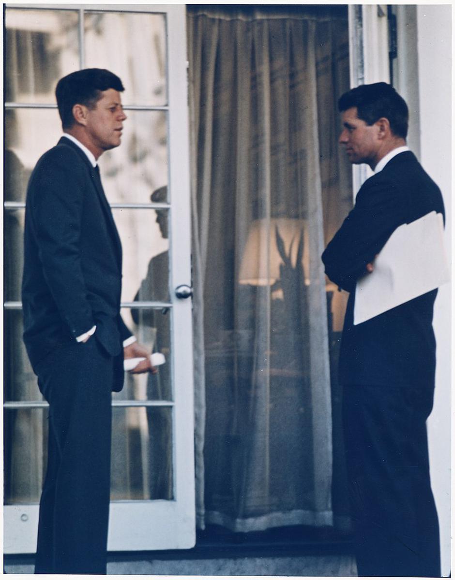 Robert F. Kennedy u razgovoru s bratom Johnom F. Kennedyjem | Author: Wikipedia