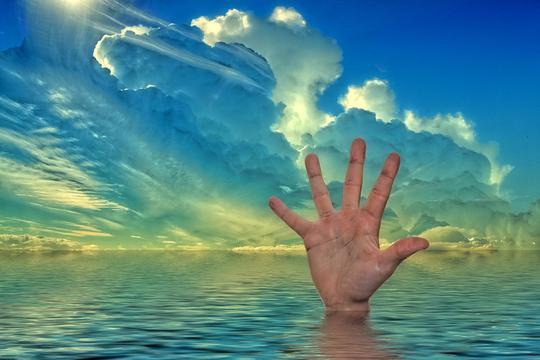 Ruka utopljenika, ilustracija za poziv u pomoć