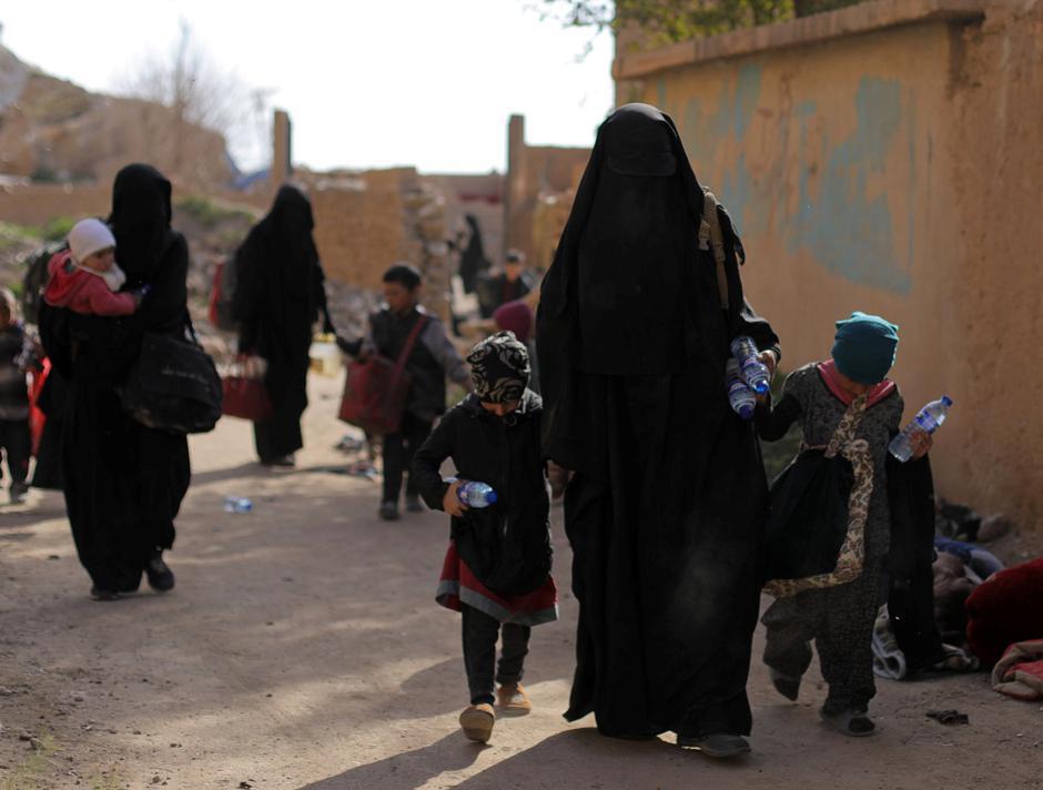 Borci ISIL-a i njihove obitelji prilikom predaje u gradu Bagouzu   Author: REUTERS