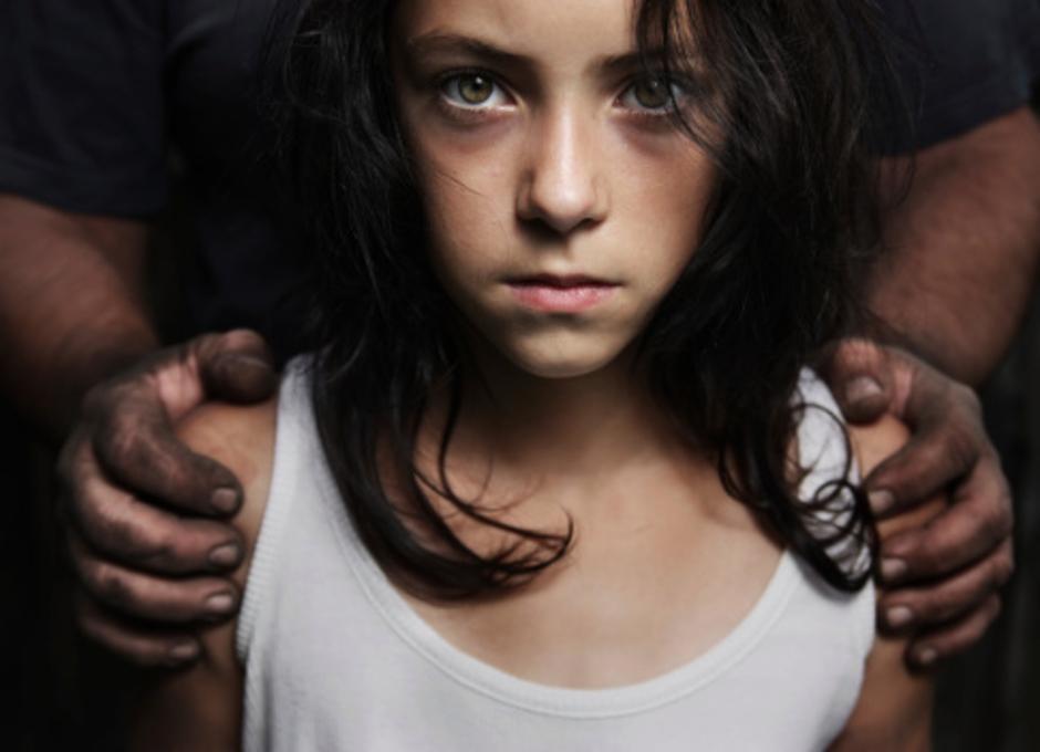 Muškarac drži djevojčicu | Author: Thinkstock