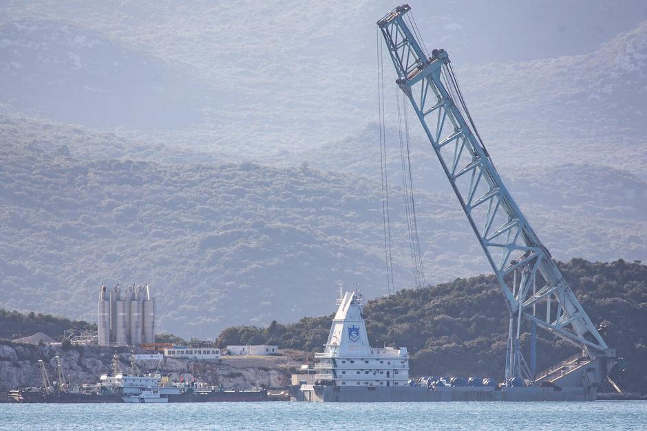 Radovi na Pelješkom mostu nakon što je terentni brod dopremio materijal | Author: Grgo Jelavic (PIXSELL)