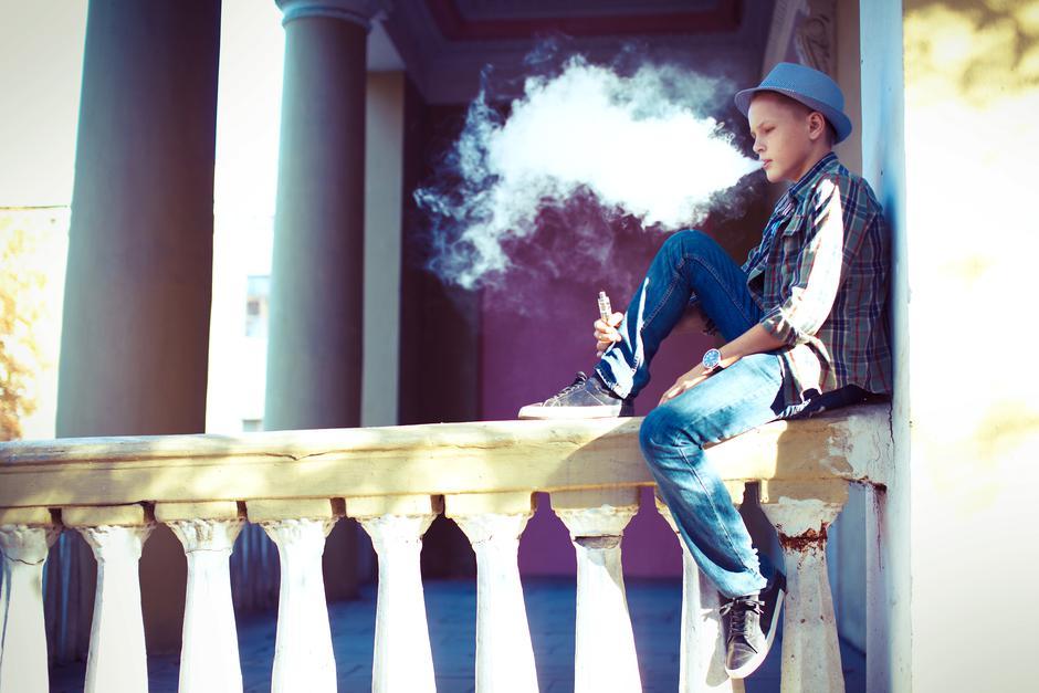 Tinejdžer puši e-cigaretu | Author: Getty images