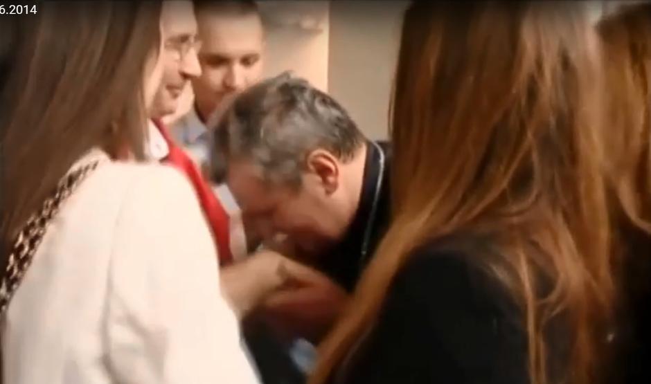 Biskup Vlado Košić ljubi ruku Dariju Kordiću 6. lipnja 2014. na Plesu | Author: YouTube