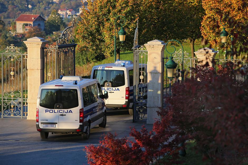 Pretres Kulmerovih dvora, ulazak policije i DORH-a, 2017. | Author: Jurica Galoić/PIXSELL
