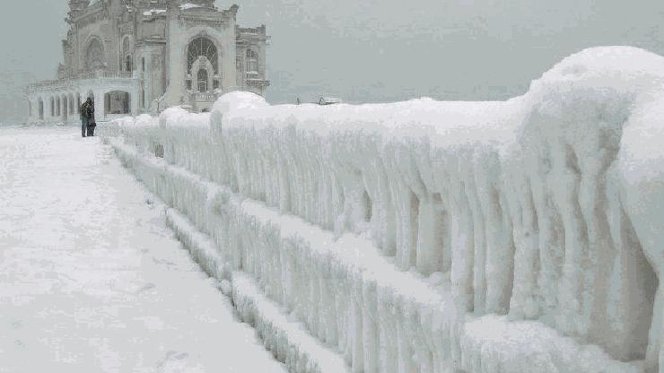 Snijegom i ledom okovan casino Constanta na Crnom moru