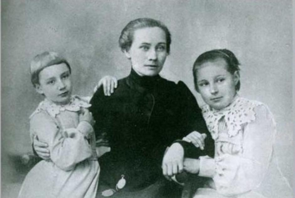 Marina Cvjetajeva s majkom Marinom i sestrom Anastazijom | Author:
