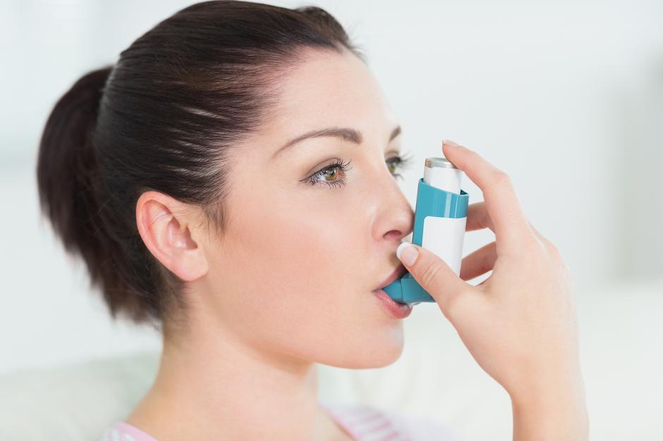 Žena koristi inhalator za astmu | Author: Thinkstock