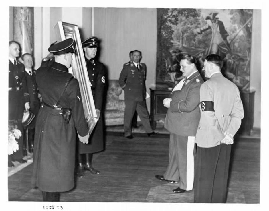 Hermann Goering i Hitler razgledavaju ukradene umjetnine | Author: Library of Congress