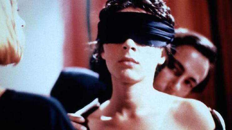 Iznad krova visokokvalitetnog pornografskog videozapisa s Poljupci, sada na mreži.