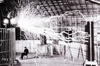 Nikola Tesla u laboratoriju u Colorado Springsu 1899.