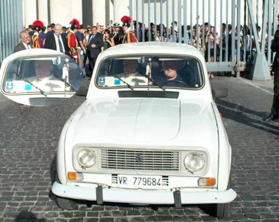 Papa Franjo u svom Renaultu | Author: traditioninaction.org