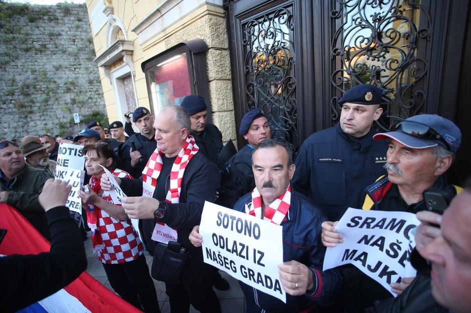 Desničarski prosvjed protiv predstave u HNK u Splitu | Author: Ivo Čagalj/PIXSELL