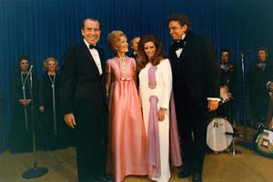 Johnny Cash i June Carter Cash s predsjednikom Richardom Nixonom i njegovom suprugom Pat
