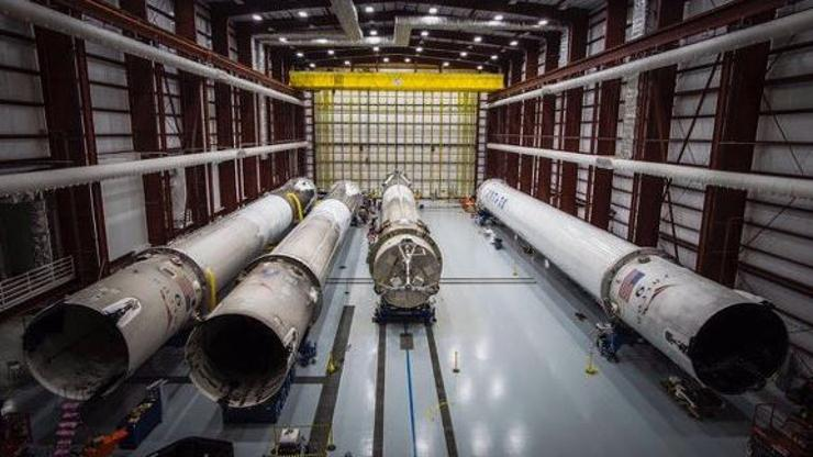 SpaceX hangar - Falcon 9 rakete